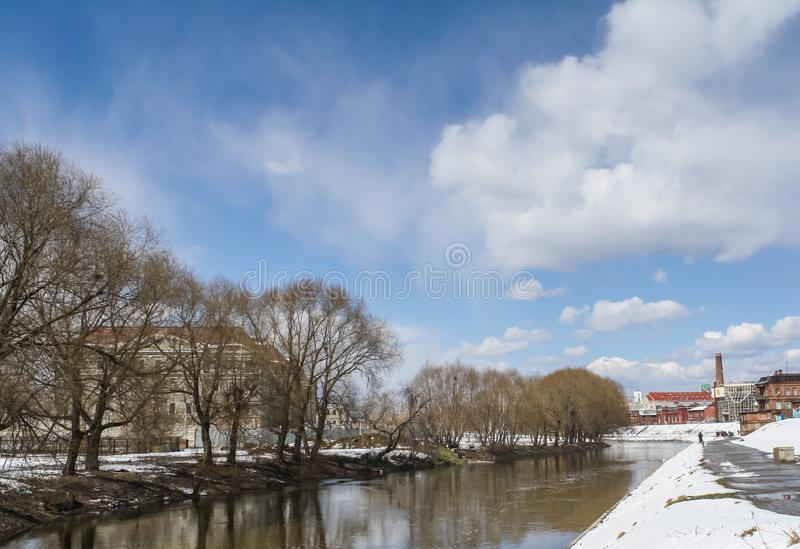 Sikt av floden Iset i vinter i staden av Yekaterinburg royaltyfri foto