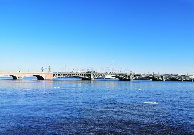 Sikt av floden med is och bron arkivbilder