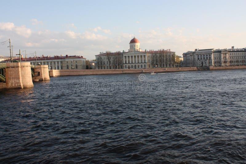 Sikt av floden och byggnaden p? solnedg?ngen fotografering för bildbyråer