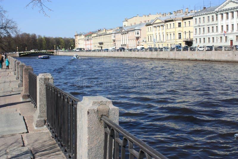 sikt av floden och stranden arkivbilder