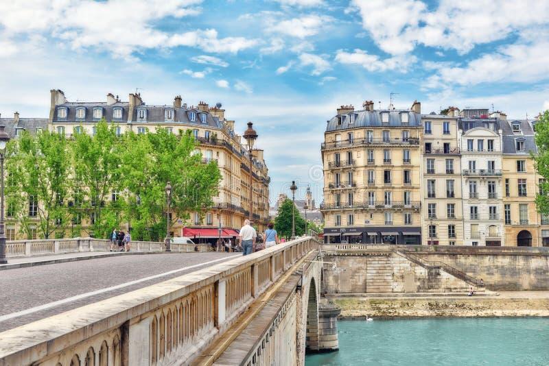 Sikt av floden Seine och mest härliga städer i världen - royaltyfria foton