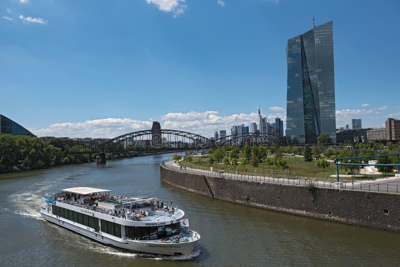 Sikt av flodströmförsörjningen med det turist- skeppet och horisont i Frankfurt f.m. fotografering för bildbyråer