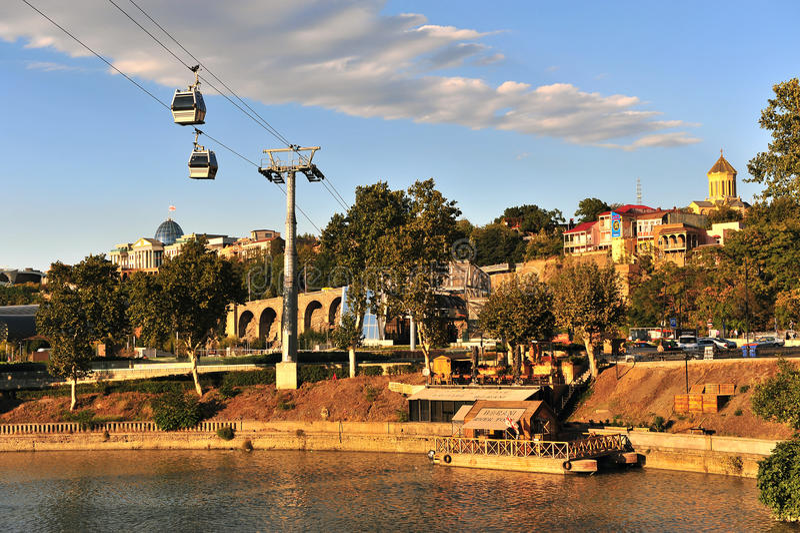 Sikt av flodstrand- och kabelbilen i Tbilisi stadsmitt royaltyfri fotografi