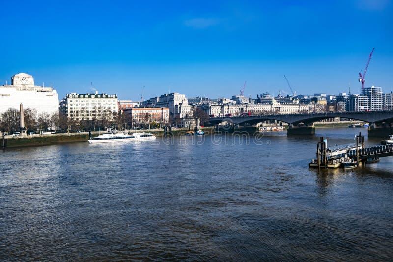 Sikt av flodThemsen från den fot- bron för södra bank, London, England arkivfoto