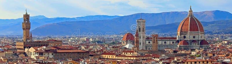 sikt av Florence med den gamla slotten och kupolen av domkyrkan från Mich fotografering för bildbyråer