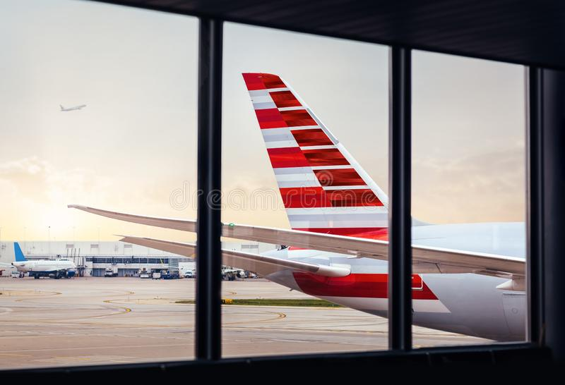 Sikt av flygplanflygkroppsvansen till och med fönster på flygplatsen arkivbilder