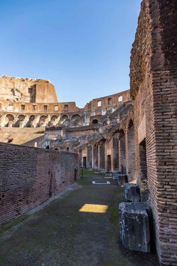 Sikt av fornlämningen av ställningarna av Colosseumen från insidan royaltyfri fotografi