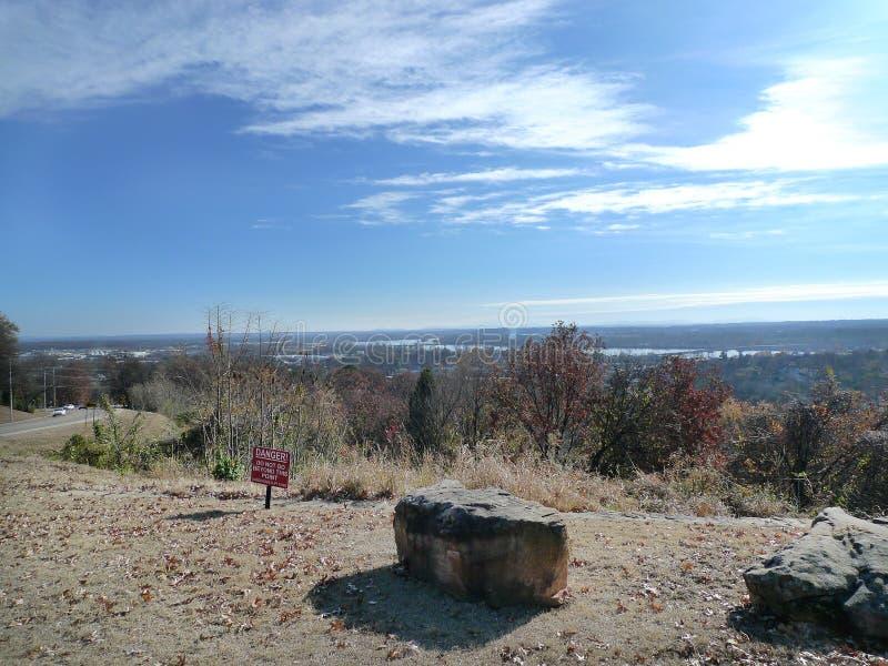 Sikt av Fort Smith, Arkansas från Van Buren, AR royaltyfria bilder