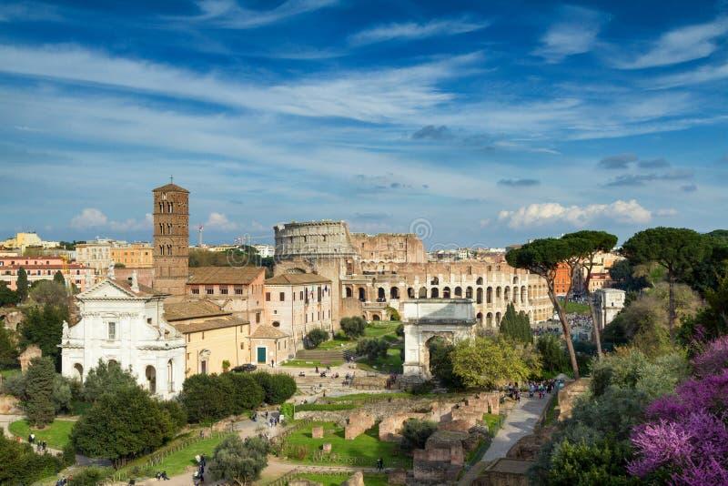 Sikt av forumet Romanum in mot coliseumen fotografering för bildbyråer