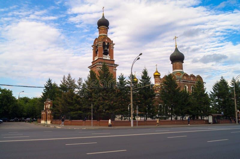 Sikt av frälsareomgestaltningkyrkan i Tushino från den Volokolamsk huvudvägen i en stillsam sommarafton moscow Ryssland royaltyfria bilder