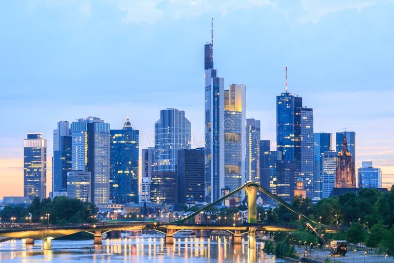 Sikt av Frankfurt - f.m. - huvudsaklig horisont på skymning royaltyfri fotografi