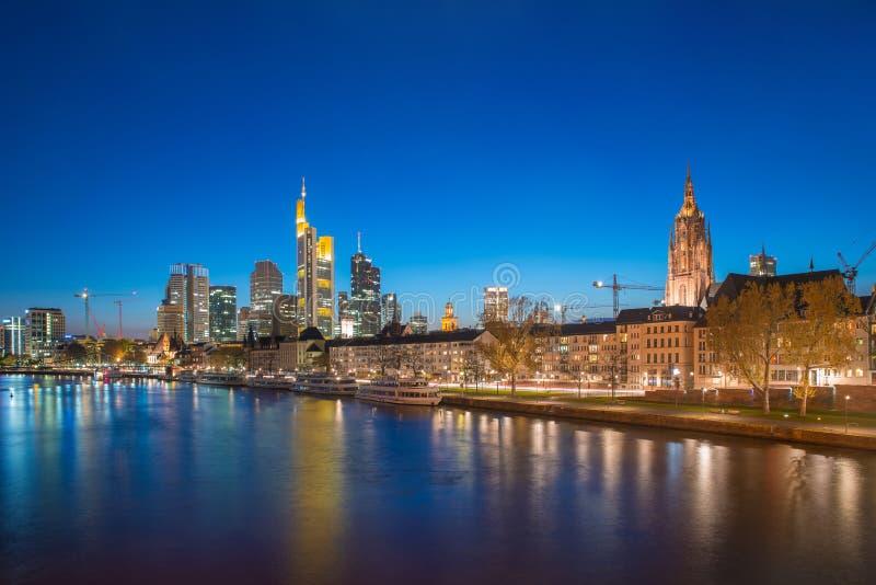 Sikt av Frankfurt - f.m. - huvudsaklig horisont på skymning längs den huvudsakliga floden med arkivfoto