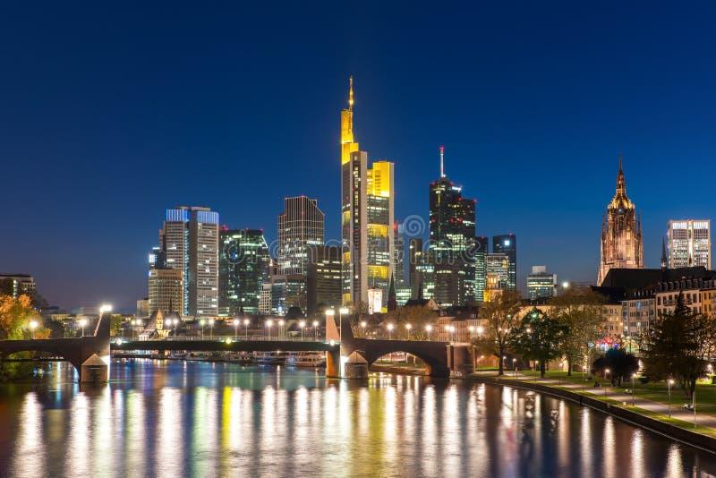 Sikt av Frankfurt - f.m. - huvudsaklig horisont på skymning, Tyskland royaltyfri bild