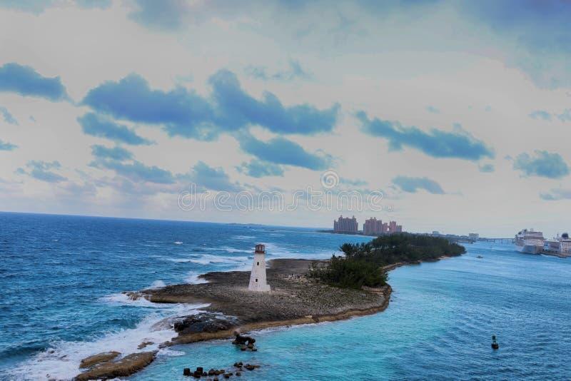 Sikt av fyren i Nassau, Bahamas och turist- semesterorter i royaltyfri foto