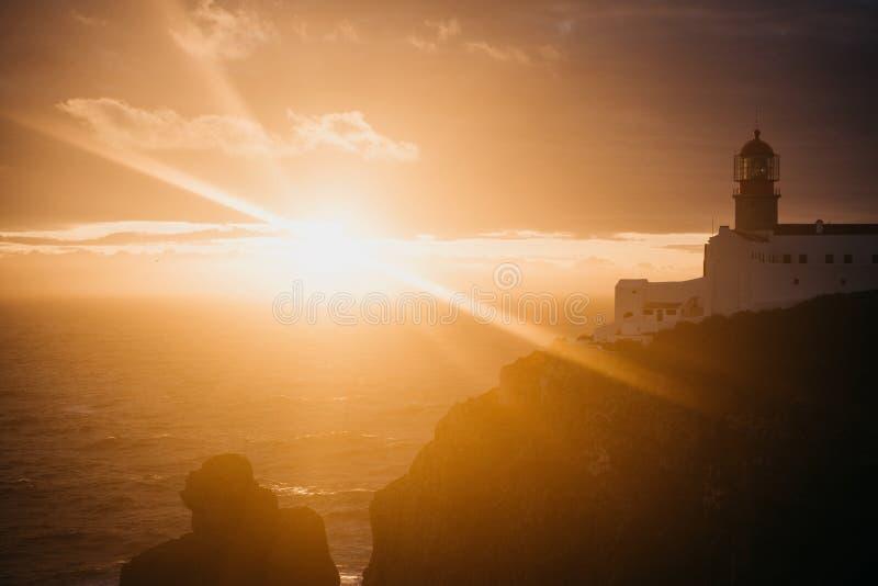 Sikt av fyren och klipporna på uddeSt Vincent i Portugal på solnedgången arkivfoto