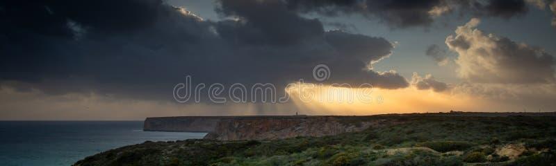 Sikt av fyren och klipporna på uddeSt Vincent i Portugal på stormen royaltyfri foto