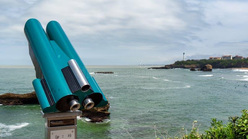 Sikt av fyren på stenig kust av Biarritz, bask, Frankrike arkivbild