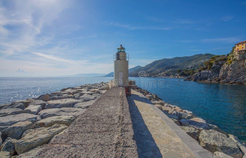 Sikt av fyren av staden av Camogli, Genoa Province, Liguria, medelhavs- kust, Italien arkivfoton