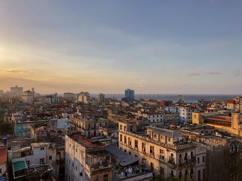 Sikt av gamla havannacigarrtak på solnedgången, Kuba arkivbild
