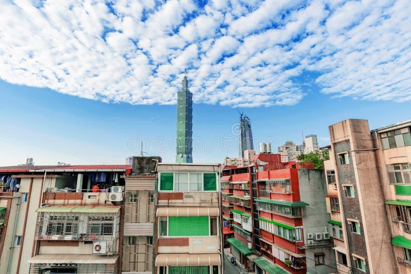 Sikt av gamla hyreshusar och Taipei 101 arkivbilder