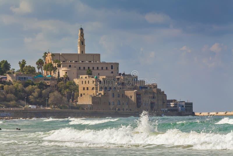 Sikt av gamla Jaffa och vågor royaltyfri bild