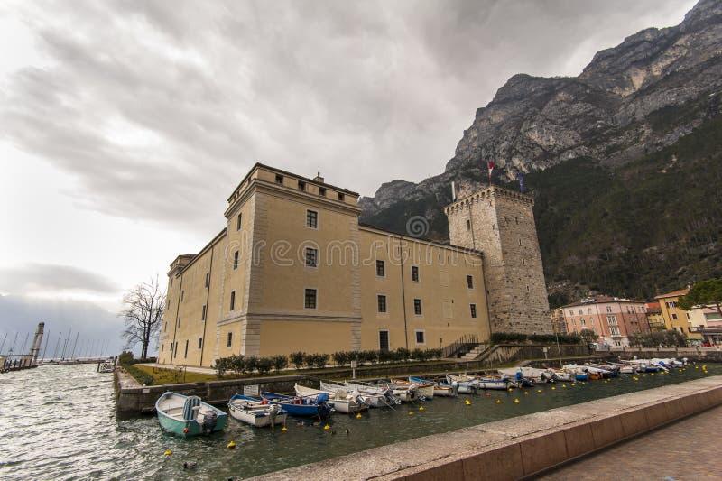 Sikt av Garda sjön från den Riva del Garda slotten royaltyfri fotografi