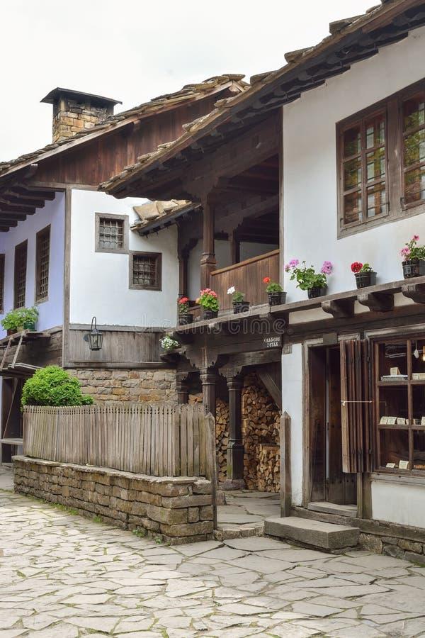 Sikt av gatan i den arkitektoniska komplexa Etaraen, Bulgarien fotografering för bildbyråer