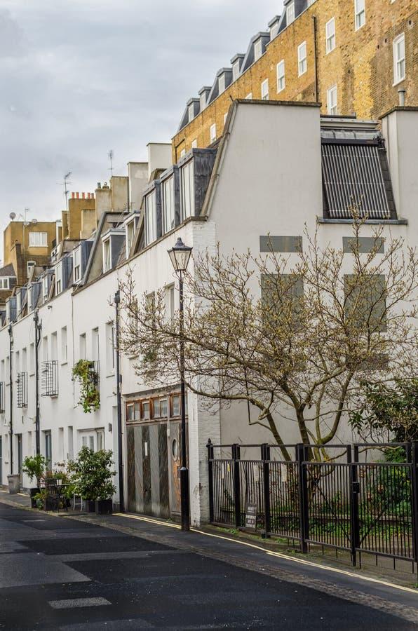 Sikt av gatan med låga seriella hus, i den bakgrunden royaltyfri foto