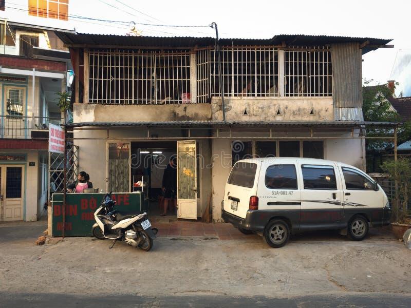 Sikt av gatan med lantliga hus i den Vinh Hy byn, Vietnam arkivfoton