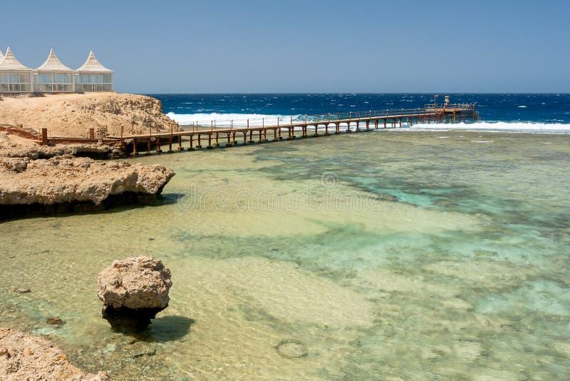 Sikt av gazeboen och träpir på Calimera Habiba Beach Resort royaltyfria bilder