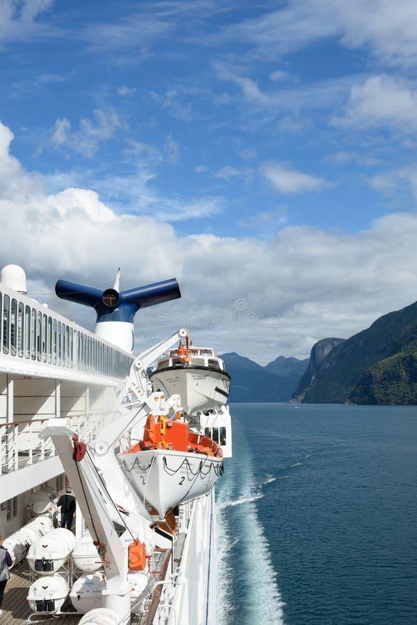 Sikt av Geirangerfjord Norge från baksida av kryssningskeppet Magellan med livräddningsbåtar och tratt royaltyfri fotografi
