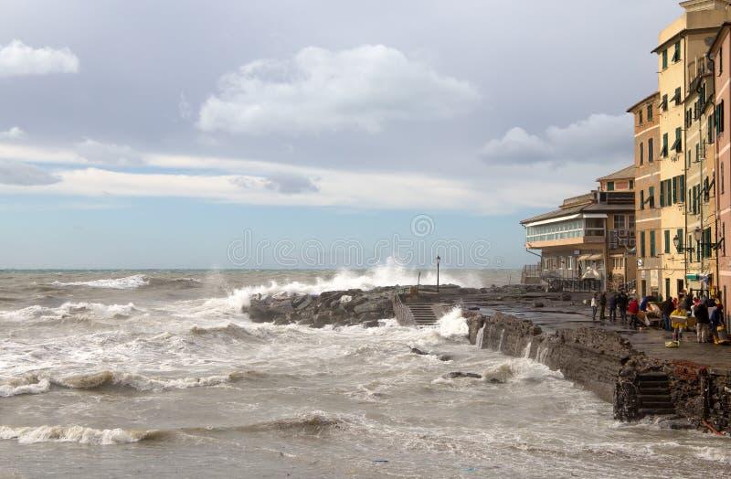 Sikt av Genoa Boccadasse med det grova havet under en höstlig dag, Italien royaltyfri fotografi