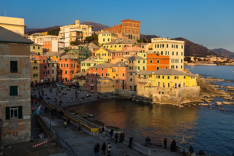 Sikt av Genoa Boccadasse på solnedgången, ett fiskeläge av färgrika hus, i Genua, Italien fotografering för bildbyråer