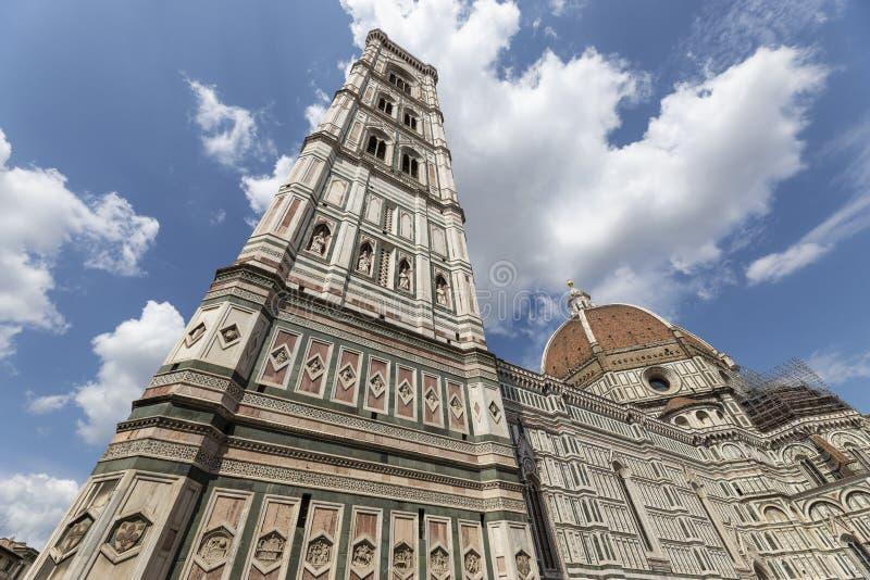 Sikt av Giottos klockatornet och Brunelleschis kupol royaltyfria bilder