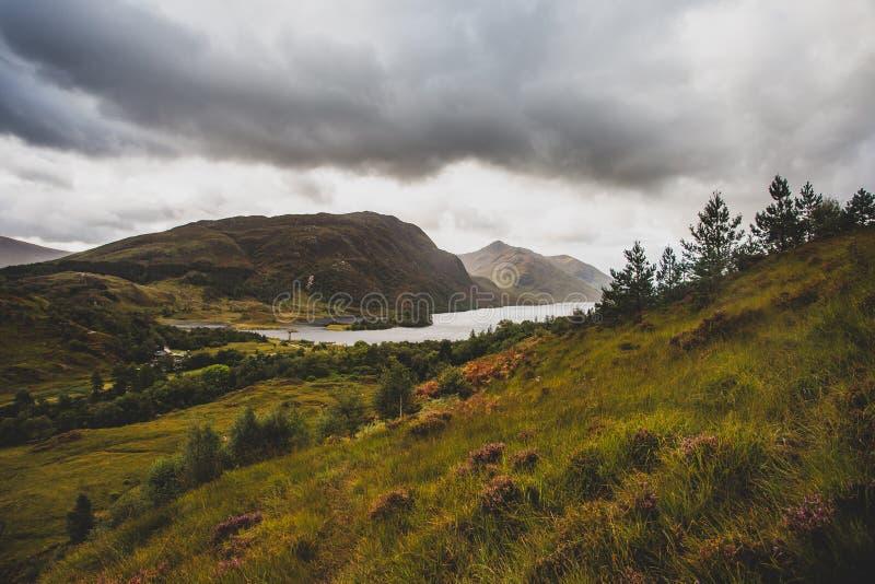 Sikt av Glenfinnan i Skotska högländernaberg i Skottland Gräs konstruktion royaltyfri bild