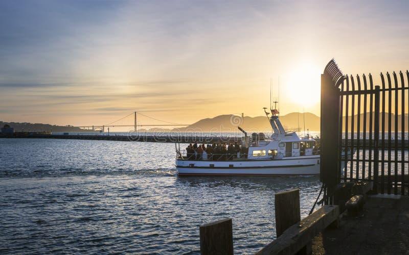 Sikt av Golden gate bridge från den Fishermans hamnplatsen på solnedgången, San Francisco, Kalifornien, Amerikas förenta stater,  arkivfoto