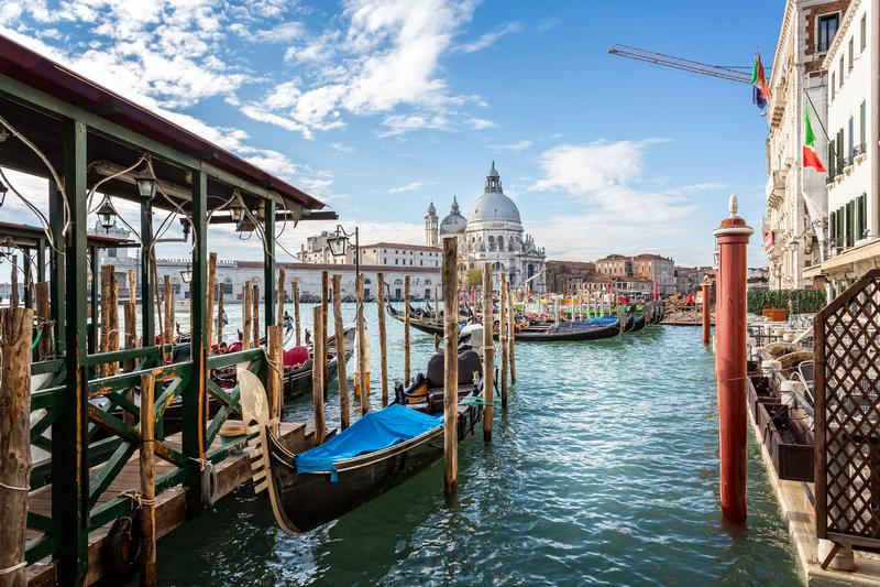 Sikt av gondoler och den Santa Maria della Salute kyrkan från Sts Mark fyrkant, Venedig, Italien arkivfoto