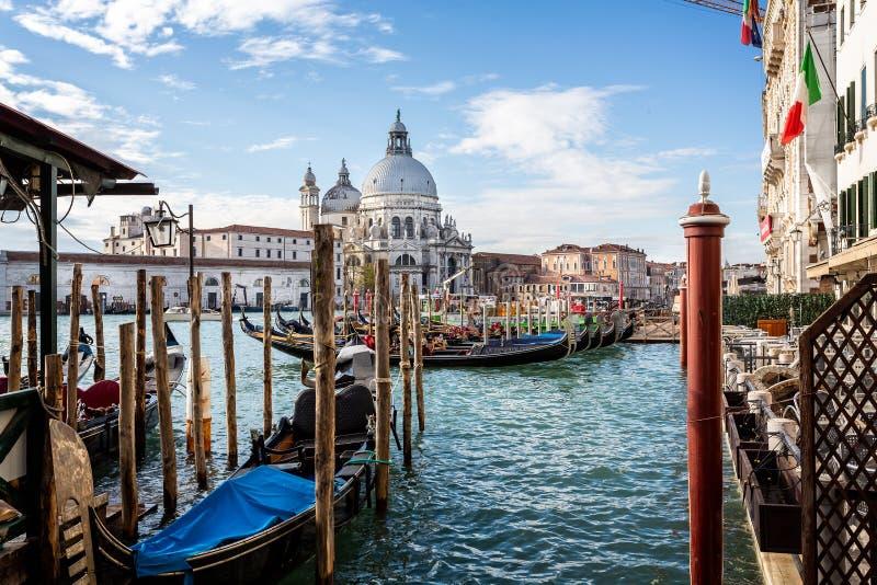 Sikt av gondoler och den Santa Maria della Salute kyrkan från Sts Mark fyrkant, Venedig, Italien arkivbilder