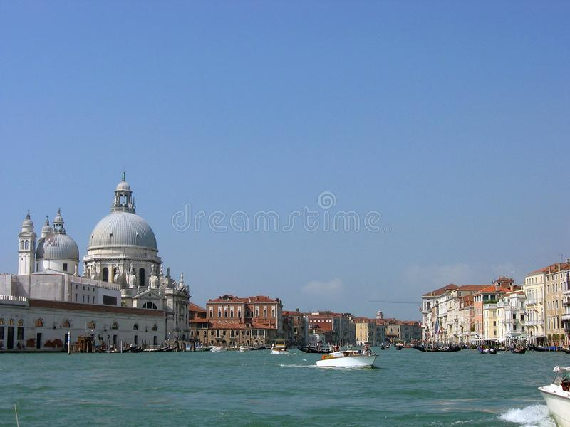 Sikt av Grand Canal och kupolerna av Santa Maria della Salute Cathedral arkivfoton