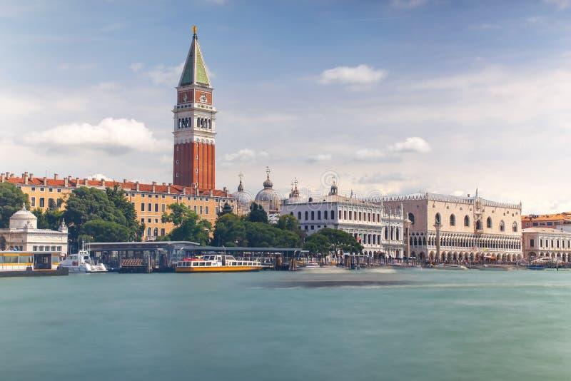 Sikt av Grand Canal och St Mark \ 's-campanilen i Venedig, Italien royaltyfria foton