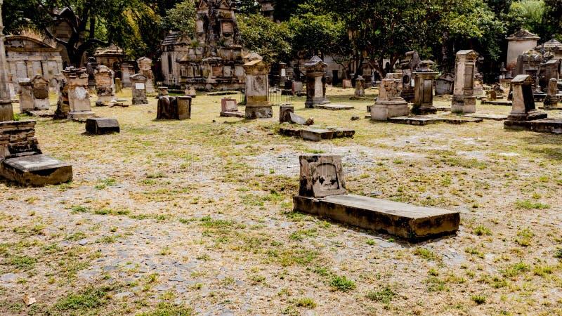 Sikt av gravvalven i kyrkogården av Belen på en magisk och mystisk dag royaltyfri bild