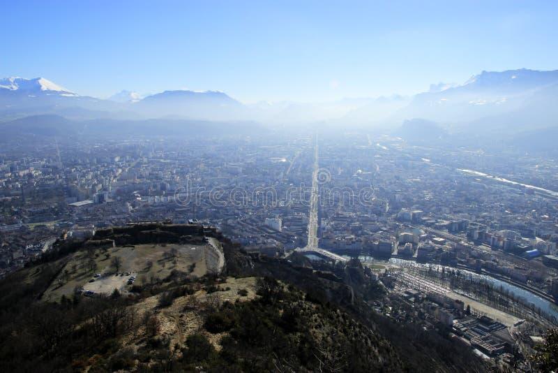 Sikt av Grenoble uppifrån av berget arkivfoto