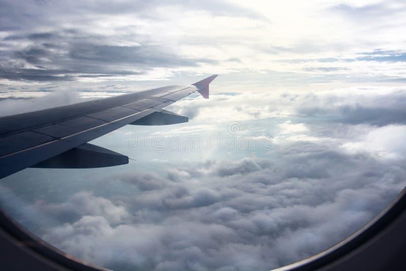 Sikt av härlig raincloud och vingen av flygplanet från fönster, VI royaltyfri fotografi