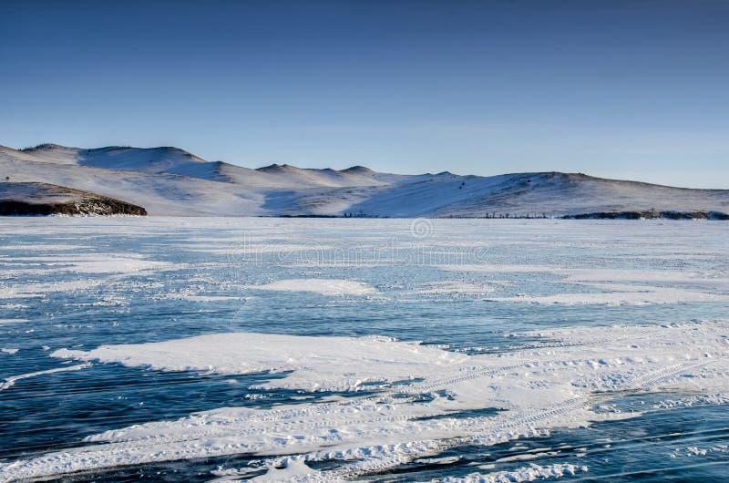 Sikt av härliga teckningar på is från sprickor och bubblor av djupgas på yttersida av Baikal sjön i vinter, Ryssland royaltyfri fotografi