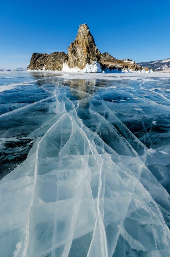 Sikt av härliga teckningar på is från sprickor och bubblor av djupgas på yttersida av Baikal sjön i vinter, Ryssland arkivfoton