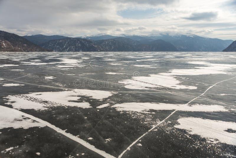 Sikt av härliga teckningar på is från sprickor på yttersidan av sjön Teletskoye i vintern, Ryssland royaltyfri bild