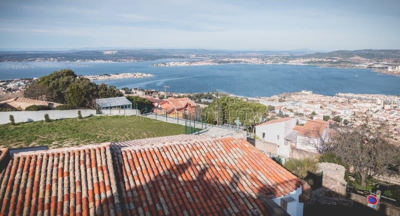 Sikt av höjderna av Sete med dess marin- port, ostron och musslalantgårdar royaltyfri bild