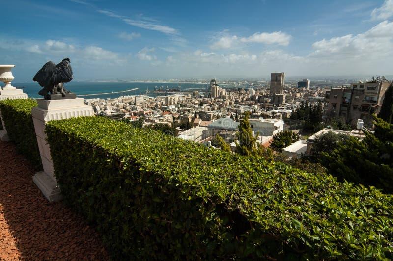 Sikt av Haifa från Bahai trädgårdar royaltyfri fotografi