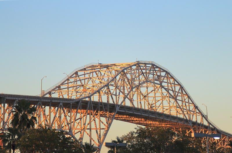 Sikt av hamnbron i Corpus Christi på solnedgången royaltyfria bilder