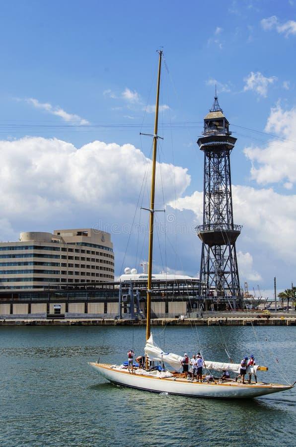 Sikt av hamnen med yachten i den Barcelona gränsmärket fotografering för bildbyråer